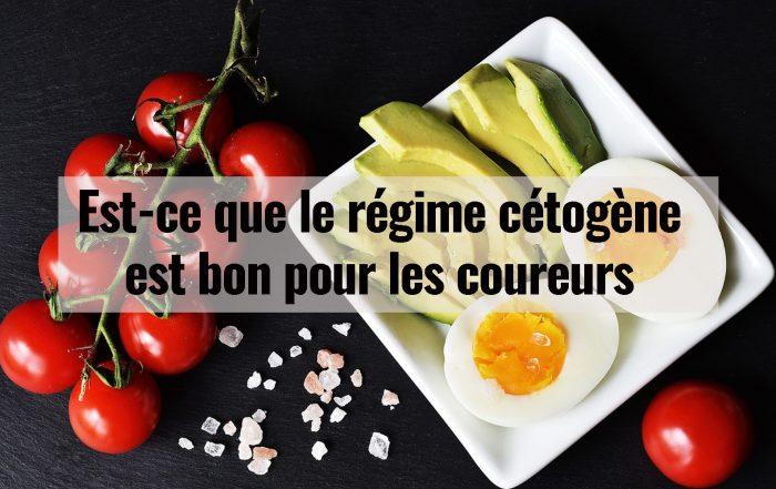 régime cétogène : Une assiette de légumes, tomates, œufs et d'avocats.
