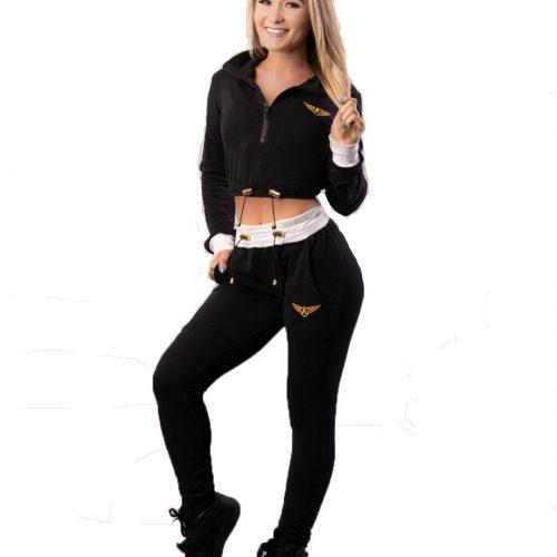 femme blonde avec un set tracksuit pantalon taille haute et haut court manches longues qui tien ses cheveux, portrait de devant