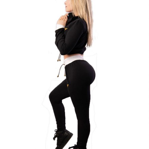 femme blonde avec un set tracksuit pantalon taille haute et haut court manches longues qui tien le col, portrait du cote
